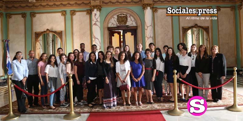 Estudiantes del Saint George School y de The Masters School de Nueva York en el Palacio Nacional